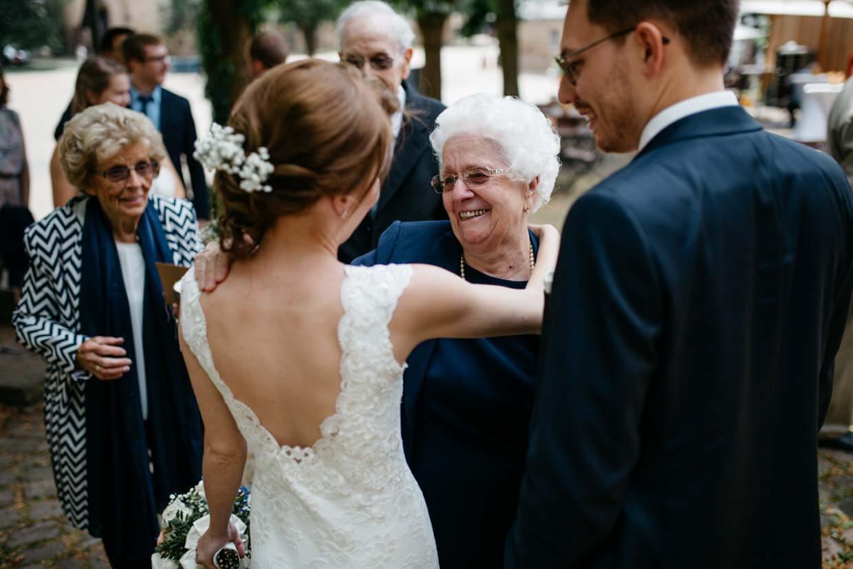 Oma beim Gratulieren mit dem Brautpaar