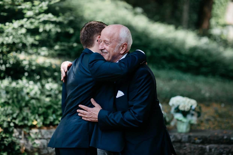 Brautvater gratuliert dem Bräutigam