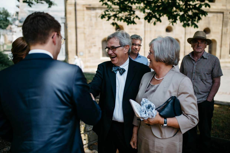 Hochzeitsgäste beim Gratulieren