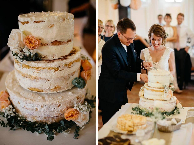 Hochzeitstorte und Brautpaar beim Anschneiden der Torte