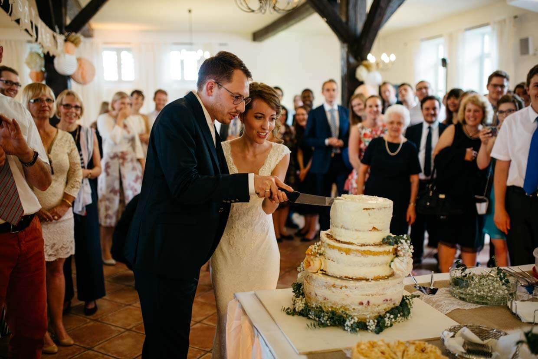 Brautpaar beim Anschneiden der Torte