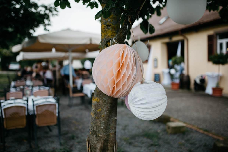 Hochzeitsdekoration an einem Baum