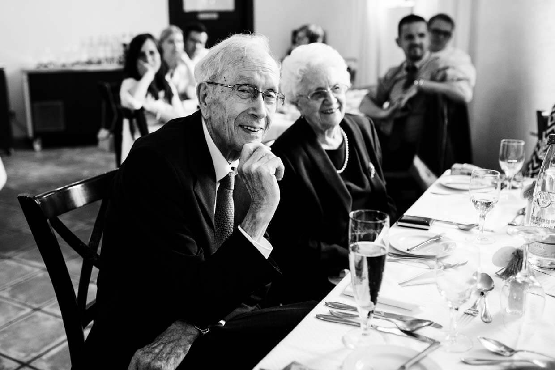 Großeltern sitzen am Tisch