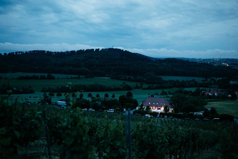 Hochzeitslocation am Abend in den Weinbergen fotografiert
