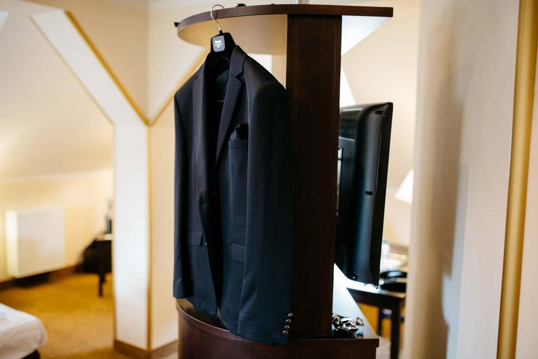 Anzug des Bräutigams auf der Garderobe