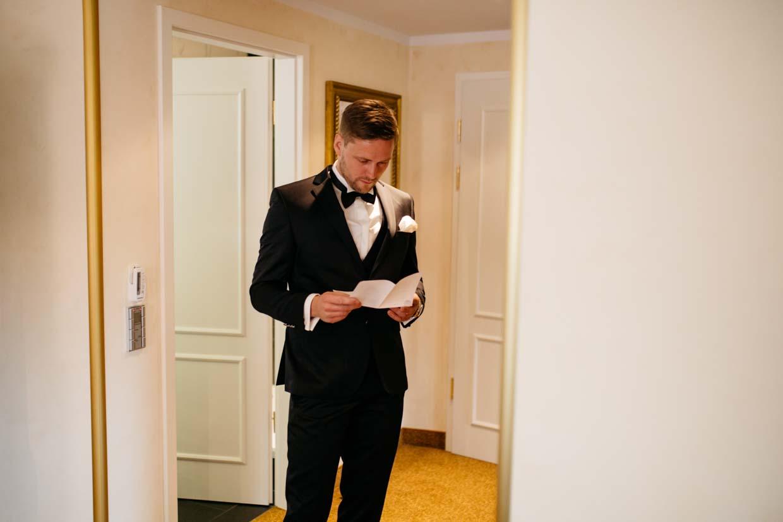Bräutigam geht noch einmal seine Rede durch