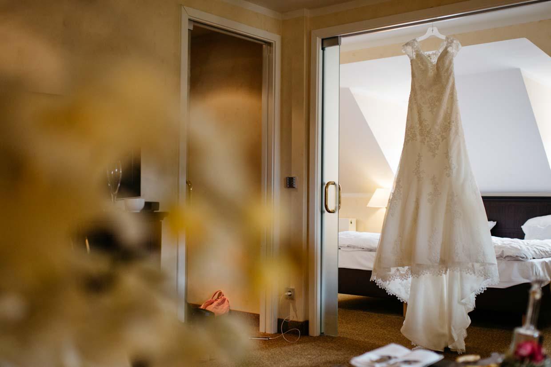 Brautkleid hängt am Türrahmen