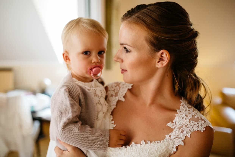 Braut hält Kind in den Händen