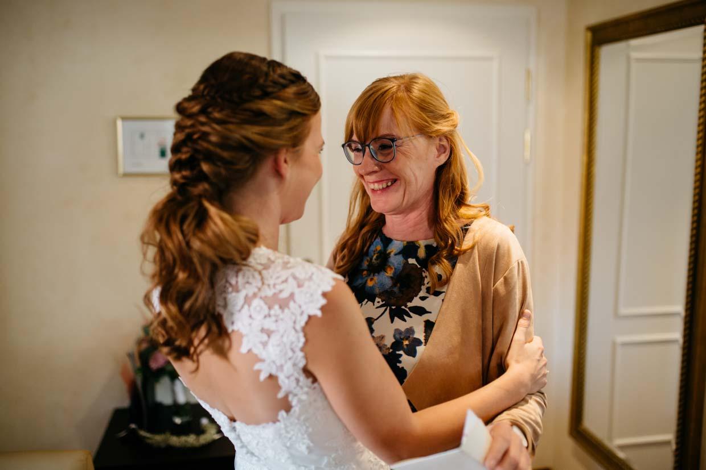 Braut umarmt Brautmutter