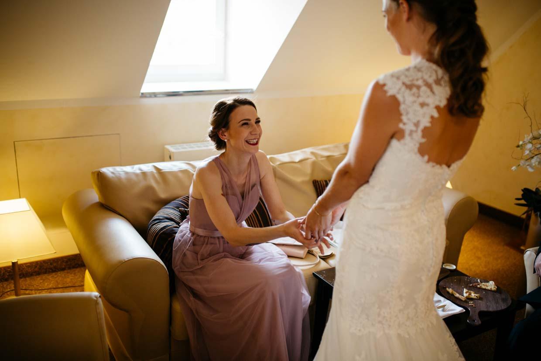 Braut übergibt der Trauzeugin ein Geschenk