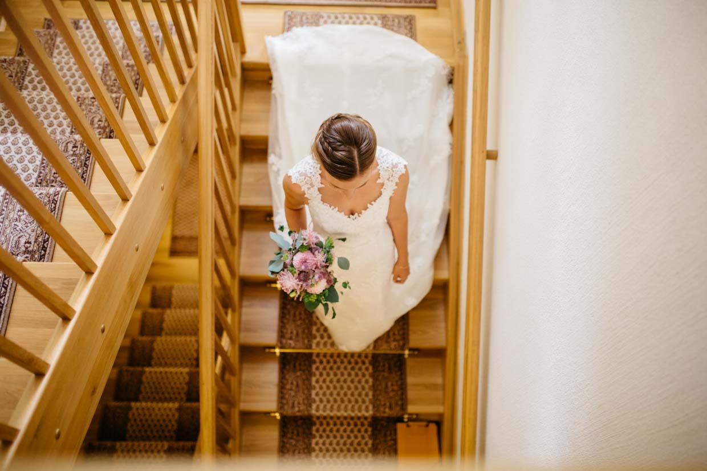 Braut geht Treppen hinunter