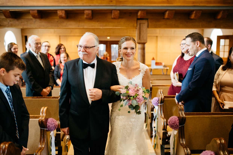 Braut wird vom Brautvater in die Kirche geführt