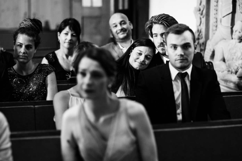 Hochzeitsgäste in der Kirche fotografiert