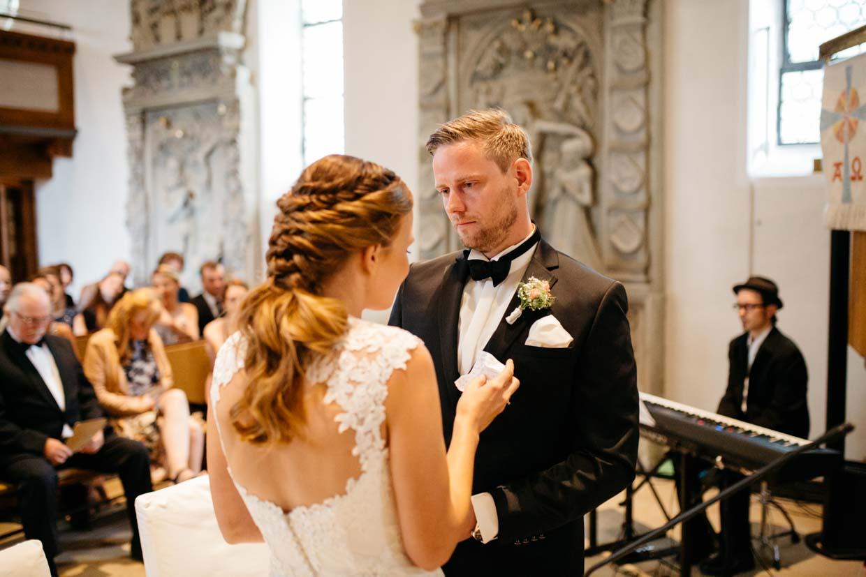 Bräutigam ist emotional ergriffen beim Eheversprechen der Braut