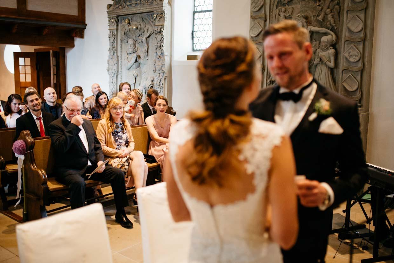 Hochzeitsgäste sind emotional ergriffen beim Eheversprechen des Brautpaares