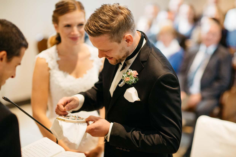 Bräutigam nimmt Ring vom Ringkissen