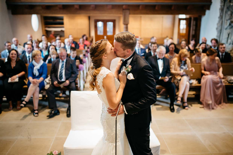 Brautpaar küsst sich nach dem Ringtausch