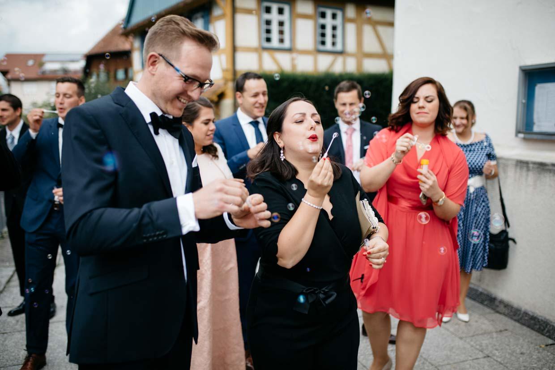 Hochzeitsgäste pusten Seifenblasen