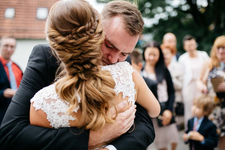 Braut wird von ihrem Bruder emotional umarmt