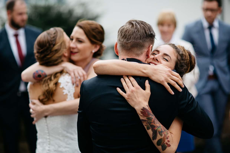 Brautpaar empfängt Glückwünsche