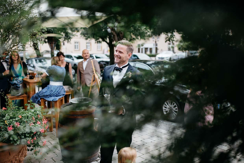 Bräutigam beim Sektempfang