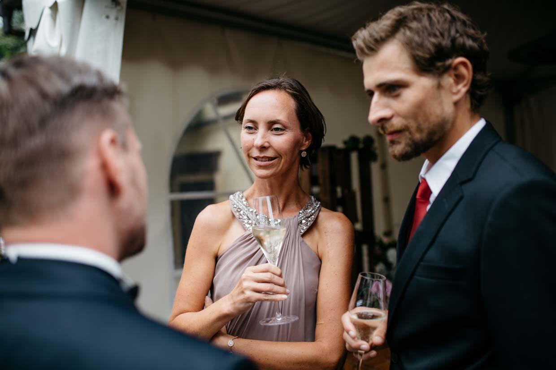 Bräutigam unterhält sich mit Hochzeitsgästen