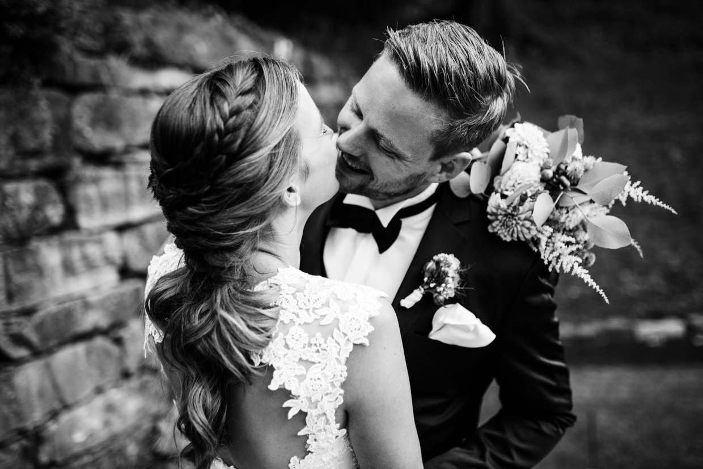 Brautpaar lacht und küsst sich