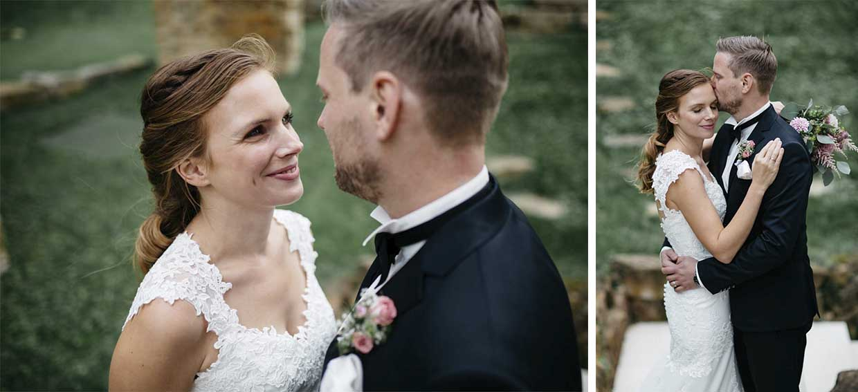 Brautpaar steht sich gegenüber und genießt den Moment