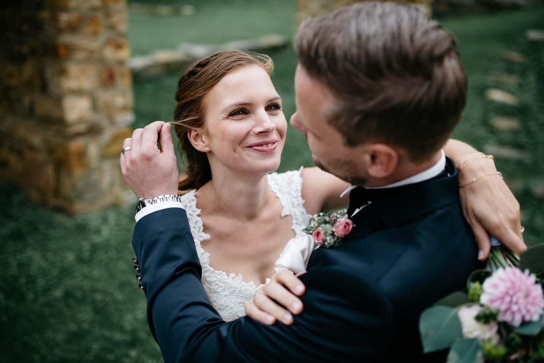 Bräutigam richtet eine Strähne der Braut