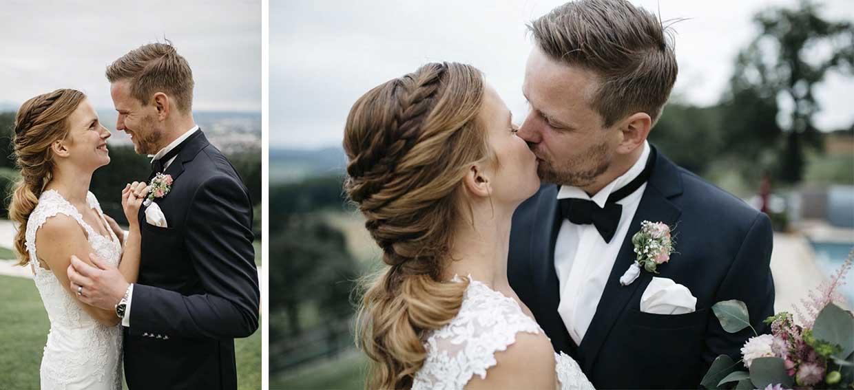 Brautpaar steht sich gegenüber, lacht und küsst sich