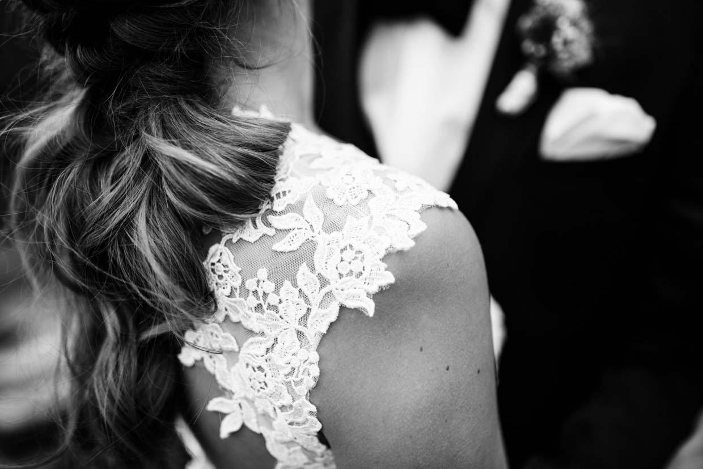 Detailaufnahme der Schulter und des Brautkleides der Braut