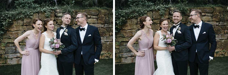 Brautpaar und Trauzeugin lachen ausgelassen beim Gruppenbild