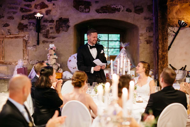 Bräutigam hält eine Rede