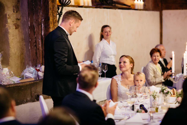 Braut schaut zum Bräutigam während seiner Rede