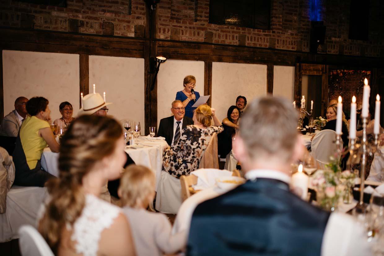Mutter des Bräutigams hält eine Rede