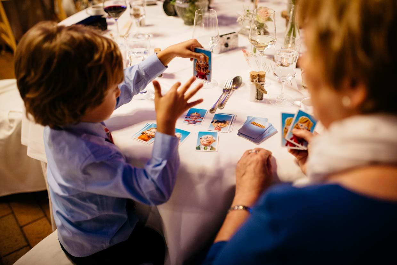Kind spielt mit Oma ein Kartenspiel