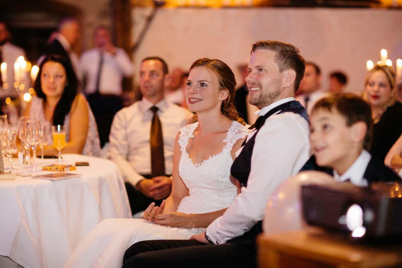 Brautpaar schaut sich eine Beamershow an