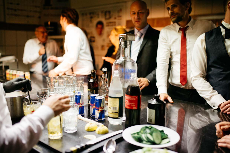 Hochzeitsgäste an der Bar