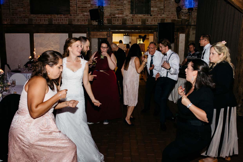 Hochzeitsgäste feiern und tanzen