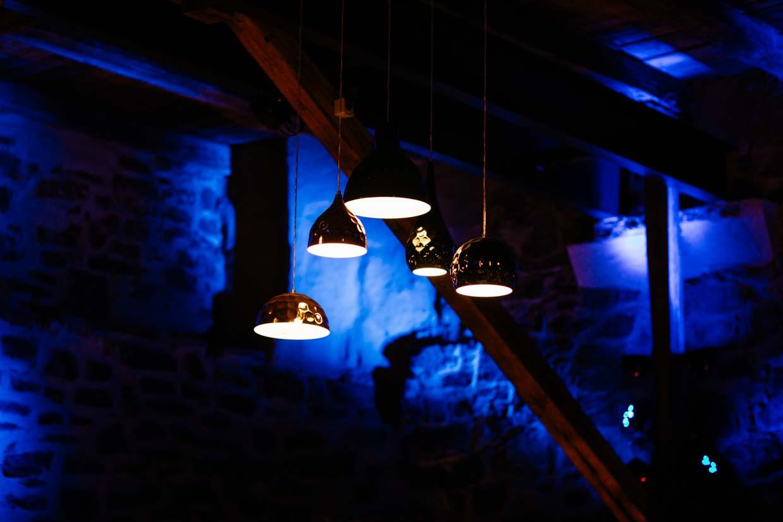 Lampen im Abendlicht der Scheune fotografiert