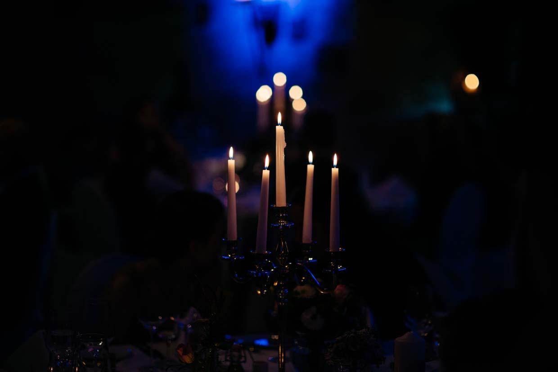 Kerzenleuchter im Abendlicht der Scheune fotografiert