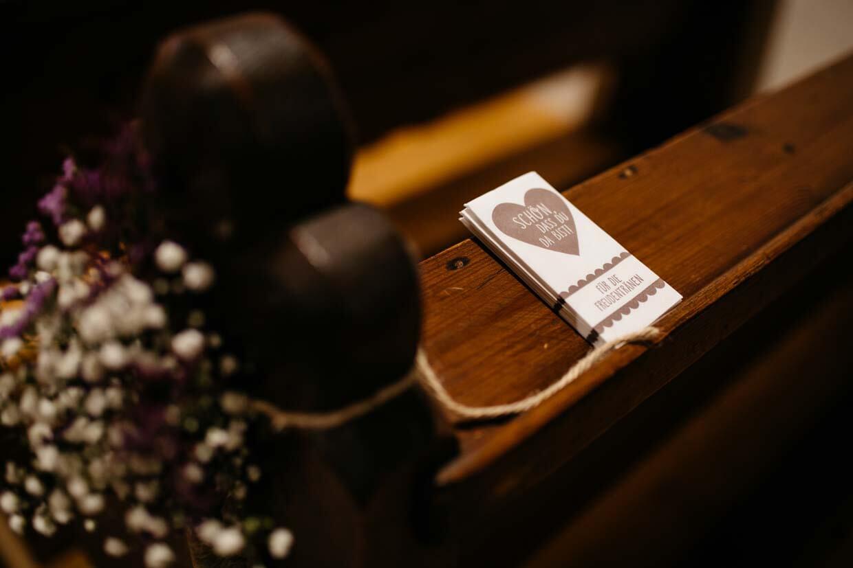 Freudentränentaschentuch auf Kirchenbank