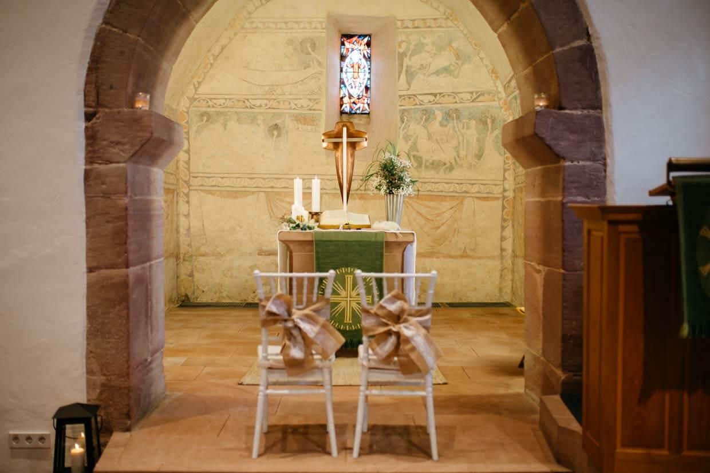 Altar in der Kirche mit Hochzeitsdekoration