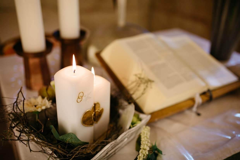 Hochzeitskerze und Bibel auf dem Altar
