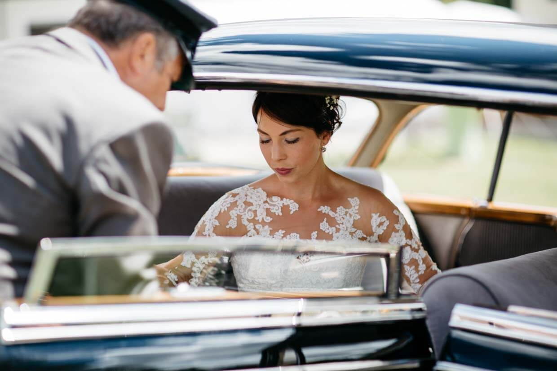 Braut steigt aus dem Auto aus