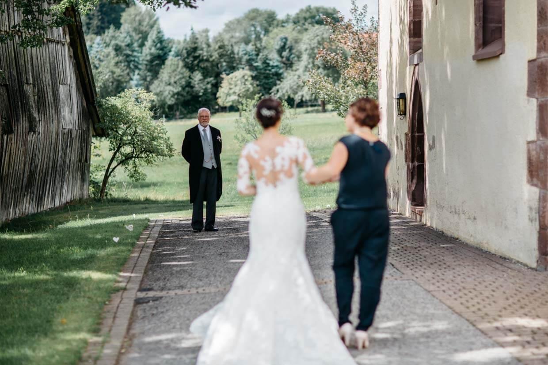 Brautvater empfängt Braut