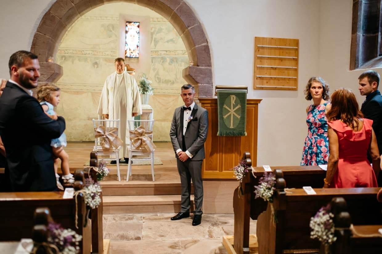 Bräutigam wartet vorne am Altar