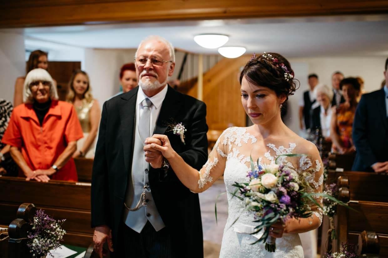 Braut mit Brautvater beim Einzug in der Kirche
