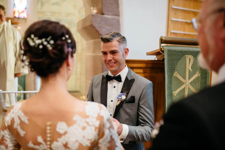 Bräutigam empfängt Braut am Altar