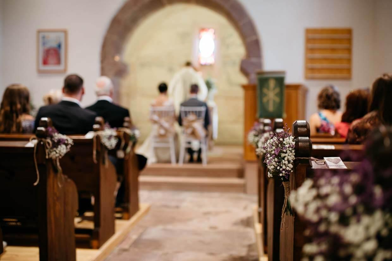 Brautpaar und Gäste in der Kirche